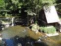 Jez na Tiché Orlici s malou chaloupkou nedaleko lomu u obce Mistrovice.