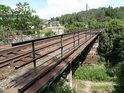 Železniční most přes Tichou Orlici v obci Mladkov, koleje vedou směrem na Lichkov.