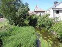 Tichá Orlice protéká obcí Lichkov, v pozadí kostel sv. Josefa.