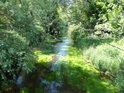 Vrby hojně zakrývají napřímený tok Tiché Orlice v Lichkově.