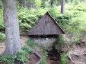 Tichá Orlice pramení v krásné domečkové studánce zhruba 700 m jihozápadně od vrcholu hory Jeřáb.