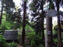 Turistická cedule uvádí nadmořskou výšku pramene Tiché Orlice 865 m.