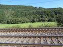 Pohled ze železniční trati přes levobřežní nivu Tiché Orlice u osady Bezpráví by mohl podle tržních plánovačů být brzy minulostí.