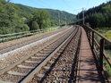 Na železničním mostě přes Tichou Orlici pod místem zvaným Sudislavské maštale, vpravo.